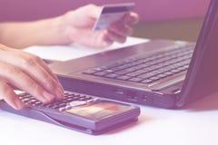 Einsparungen, Finanzen, Wirtschaft und Bürokonzept, berechnen wie muc Lizenzfreie Stockfotos