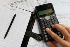 Einsparungen, Finanzen, Wirtschaft und Bürokonzept - nah oben vom Mann Lizenzfreie Stockfotografie