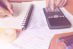 Einsparungen, Finanzen, Wirtschaft und Hauptkonzept - nah oben vom Mann ho Stockfotos