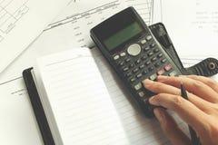 Einsparungen, Finanzen, Wirtschaft und Hauptkonzept - nah oben von Mann wi Lizenzfreie Stockfotografie
