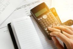 Einsparungen, Finanzen, Wirtschaft und Hauptkonzept - nah oben von Mann wi Stockfotografie