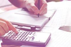 Einsparungen, Finanzen, Wirtschaft und Hauptkonzept - nah oben von Mann wi Stockfotos