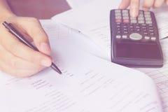 Einsparungen, Finanzen, Wirtschaft und Hauptkonzept - nah oben von Mann wi Stockbilder