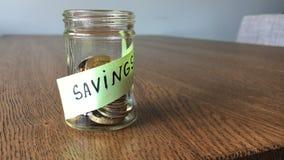 Einsparungen im Glas, Münzen, die in das Glas bis voll fallen stock video
