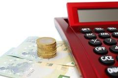 Einsparungenskonzept mit Geld und Taschenrechner Stockfotos