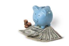 Einsparunggeld mit piggy Querneigung Lizenzfreie Stockbilder