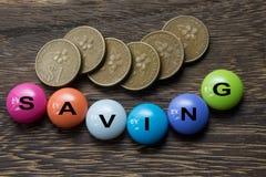 Einsparungs-Knopf mit Münzen Lizenzfreie Stockfotografie