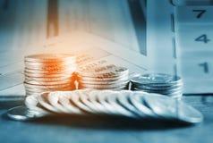 Einsparungsgeld und -bankwesen für Finanzkonzept Stockfoto