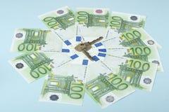 Einsparungsgeld, zum eines Hauses zu kaufen Haus gebildet aus 100 Dollarscheinen heraus Schlüssel des Hauses auf Geldhintergrund Lizenzfreie Stockbilder