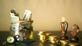Einsparungsgeldmünze im Glas Symbol der Investierung, Geldkonzept halten Sammeln von Bargeldbanknoten im Glaszinn als moneybox stock video footage