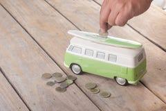 Einsparungsmünzen auf Packwagen Stockfotos