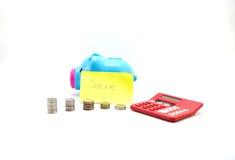 Einsparungsschwein mit Geld und Taschenrechner mit Abwehranmerkung Stockbilder