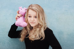 Einsparungssparschwein der jungen Frau Stockbild
