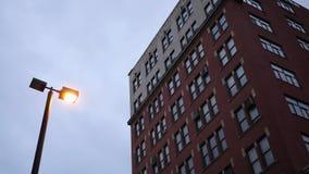 Einspieler des Gebäudes des roten Backsteins am bewölkten Abend stock video footage