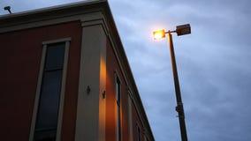Einspieler des modernen roten zeitgenössischen errichtenden Fensters stock footage