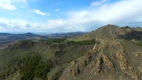 Einspieler-Gebirgsschoss schönes Natur Brummen in den majestätischen Bergen oberseite Panorama Schattenbild des kauernden Geschäf stock video footage