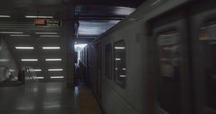 Einspieler 4K einer Untergrundbahn, die zu der Station kommt stock video footage