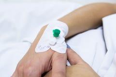Einspritzung cathetter in der Hand des Patienten Stockbilder