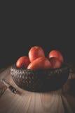 Einspritzung des giftigen Giftstoffs in eine organische Tomate Lizenzfreies Stockfoto