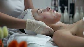 Einspritzung von botox im Gesicht der schönen Frau - getrenntes Weiß stock video footage