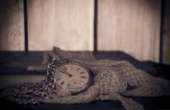 Einst? Altmodische Morgenszene: antike Schreibmaschine, Cup frischer Kaffee, Geschäftsvertrag und Feder Lizenzfreies Stockbild