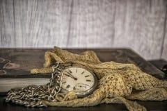 Einst? Altmodische Morgenszene: antike Schreibmaschine, Cup frischer Kaffee, Geschäftsvertrag und Feder Lizenzfreie Stockfotos