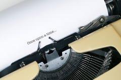 Einst? Altmodische Morgenszene: antike Schreibmaschine, Cup frischer Kaffee, Geschäftsvertrag und Feder Lizenzfreies Stockfoto