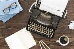 Einst? Altmodische Morgenszene: antike Schreibmaschine, Cup frischer Kaffee, Geschäftsvertrag und Feder Stockbild