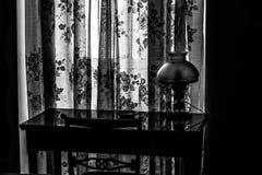 Einst? Altmodische Morgenszene: antike Schreibmaschine, Cup frischer Kaffee, Geschäftsvertrag und Feder heute Lizenzfreie Stockfotos