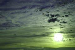 Einstecken der Sonne in einem Abendhimmel Stockfoto