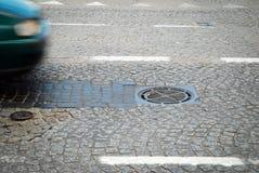 Einsteigeloch auf der Straße Stockfoto