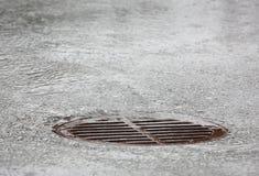Einsteigeloch-Gitter, starker Regen Lizenzfreie Stockfotografie