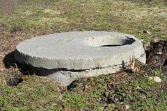 Einsteigeloch-Wasser-Bohrloch im Bau für Wasser-Versorgungssystem, Wasser-Pumpe und andere Ausrüstung Stockfoto