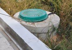 Einsteigeloch-Wasser-Bohrloch im Bau Wasserversorgungssystem Hydraulischer Akkumulator, Wasserpumpe Lizenzfreie Stockfotos