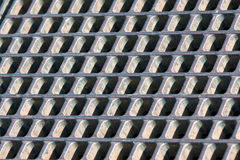 Einsteigelochabdeckung auf gepflasterten Kopfsteinen Lizenzfreies Stockbild
