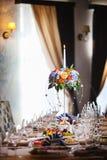 Einstellung am Hochzeitsempfang Gerät, Tischbesteck und Dishware auf Tischdecke lizenzfreie stockfotografie