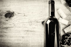 Einstellung mit Flasche Rotwein, Traube und Korken Weinliste conc lizenzfreie stockfotos