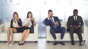 Einstellung zur Firma Junge Bewerber erwarten Interview eine Gruppe junge Leute bohrte Wartejob stock video footage