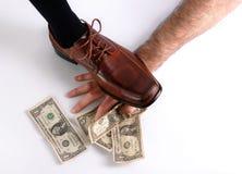 Einstellungsschuh über Hand mit Geld Stockfoto