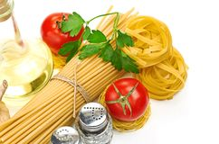 Einstellungsteigwaren mit Tomate und Knoblauch Stockbild