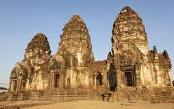 Einstellungsun-Leuchte auf Phra Prang Sam Yord Lizenzfreie Stockbilder