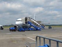 Einstieg Airbusses A320 in Ostrava Lizenzfreie Stockfotos