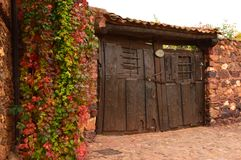 Einstiegstür Antiquisime zu einem Haus das 19. Jahrhundert in einem malerischen Dorf mit schwarzen Schieferdächern in Madriguera  Lizenzfreies Stockbild