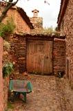 Einstiegstür Antiquisime zu einem Haus das 19. Jahrhundert in einem malerischen Dorf mit schwarzen Schieferdächern in Madriguera  Lizenzfreie Stockfotografie