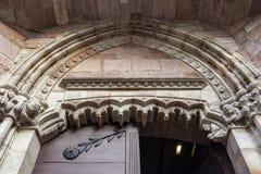 Einstiegstür der Kirche Notre-Freifrau-DU-Kampf-DU-Pont im Heilig-Jean-Gescheckt-De-Hafen, Frankreich, Architekturdetail lizenzfreie stockfotos
