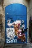 Einstiegstür mit Graffiti Lizenzfreies Stockfoto