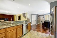 Einstiegstür und ein roter moderner Stuhl Küchenraum mit Speiseraum Stockfoto