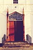 Einstiegstür zur alten hölzernen Kirche Stockfotos