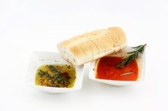 Eintauchen der Schmieröle und des krustigen Brotes Stockfotografie