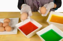 Eintauchen von Eiern für Ostern lizenzfreie stockfotografie